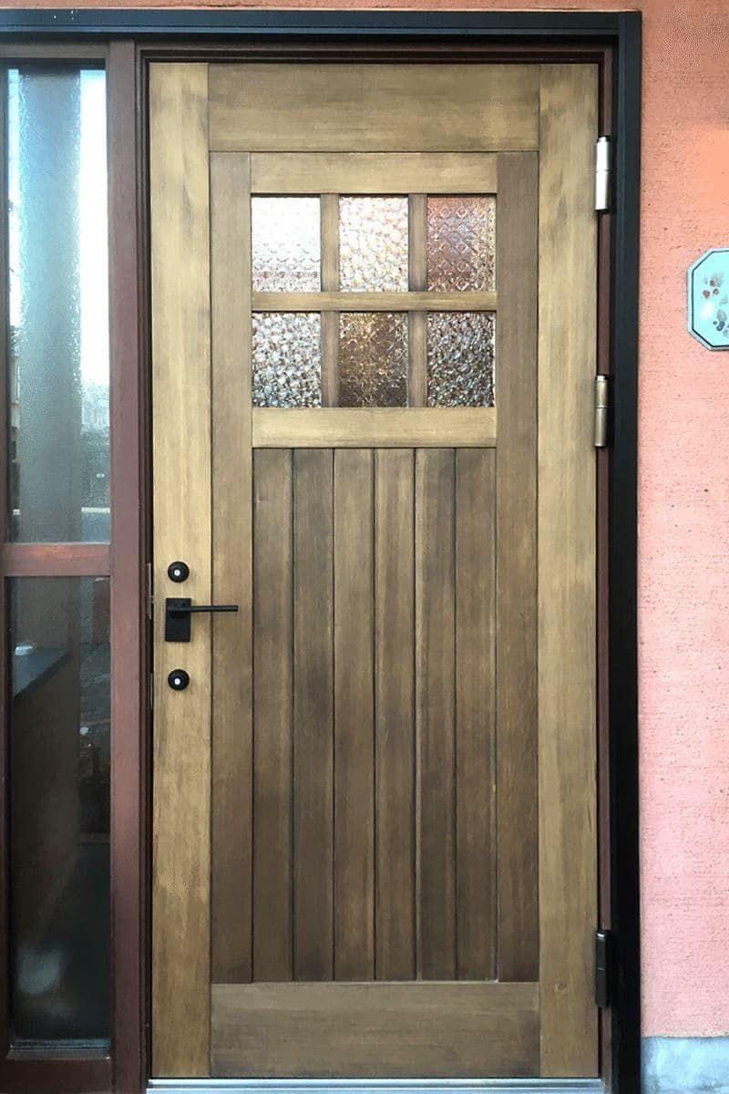 レトロな雰囲気の玄関ドアに 人気のデザインガラス2種を組み合わせて