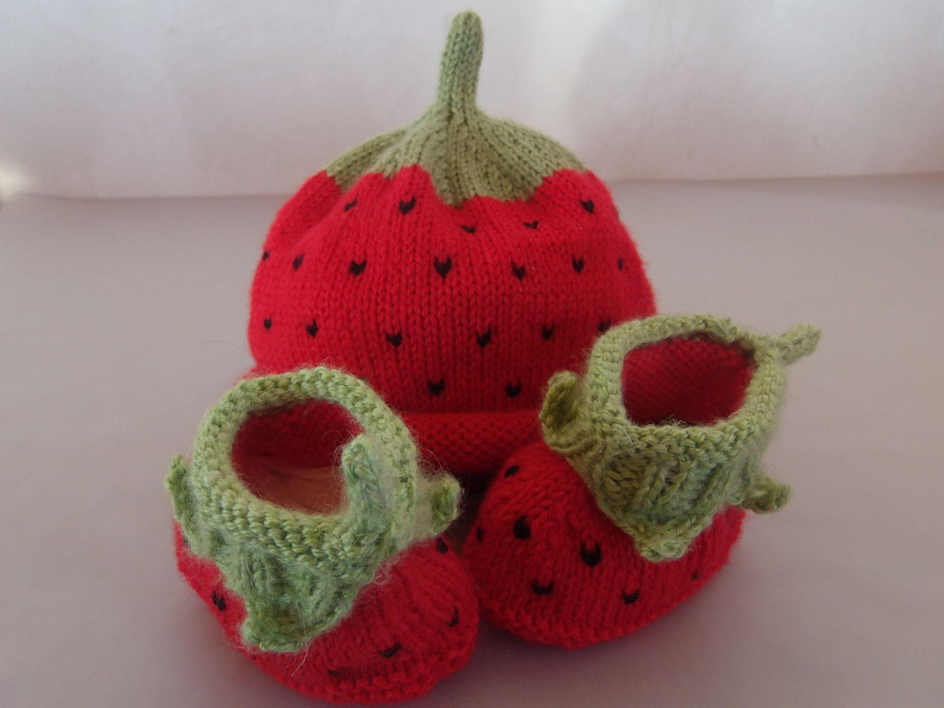979001921b4 Ensemble bonnet chaussons fraise   Mode Bébé par fee-laine