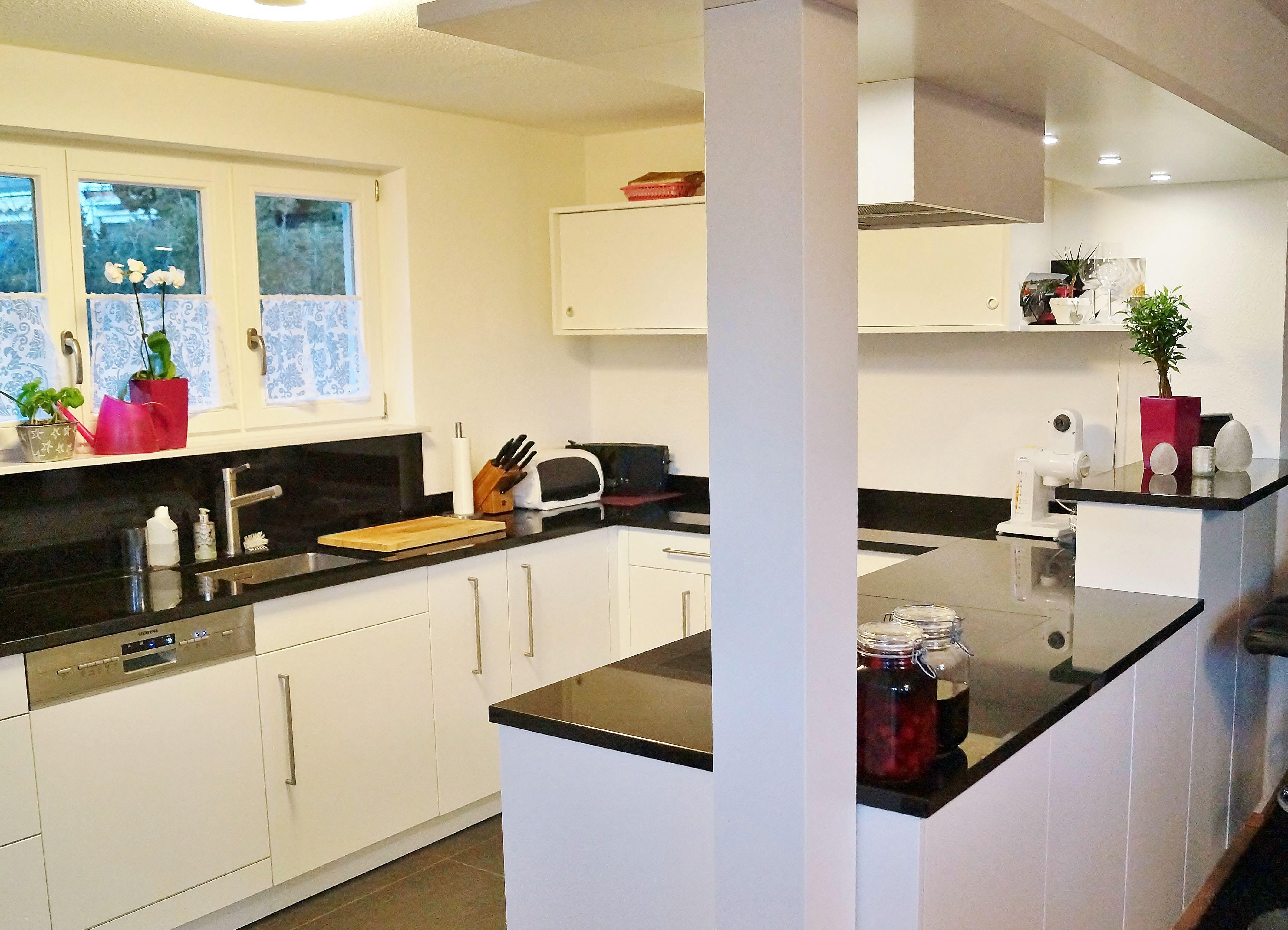 Moderne offene Wohnküche mit Kücheninsel und Sitztheke, Bar, für ...