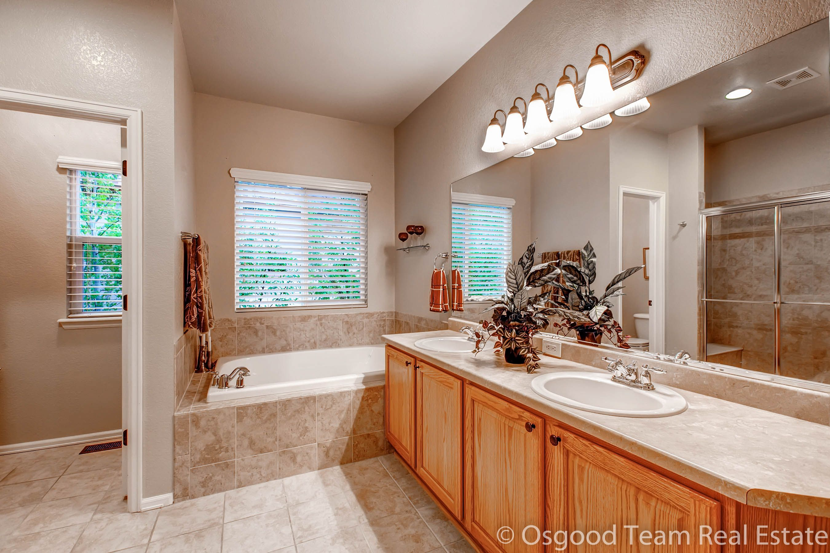 Master Ensuite Bathroom - 5 pc with double sinks, large soaking tub ...