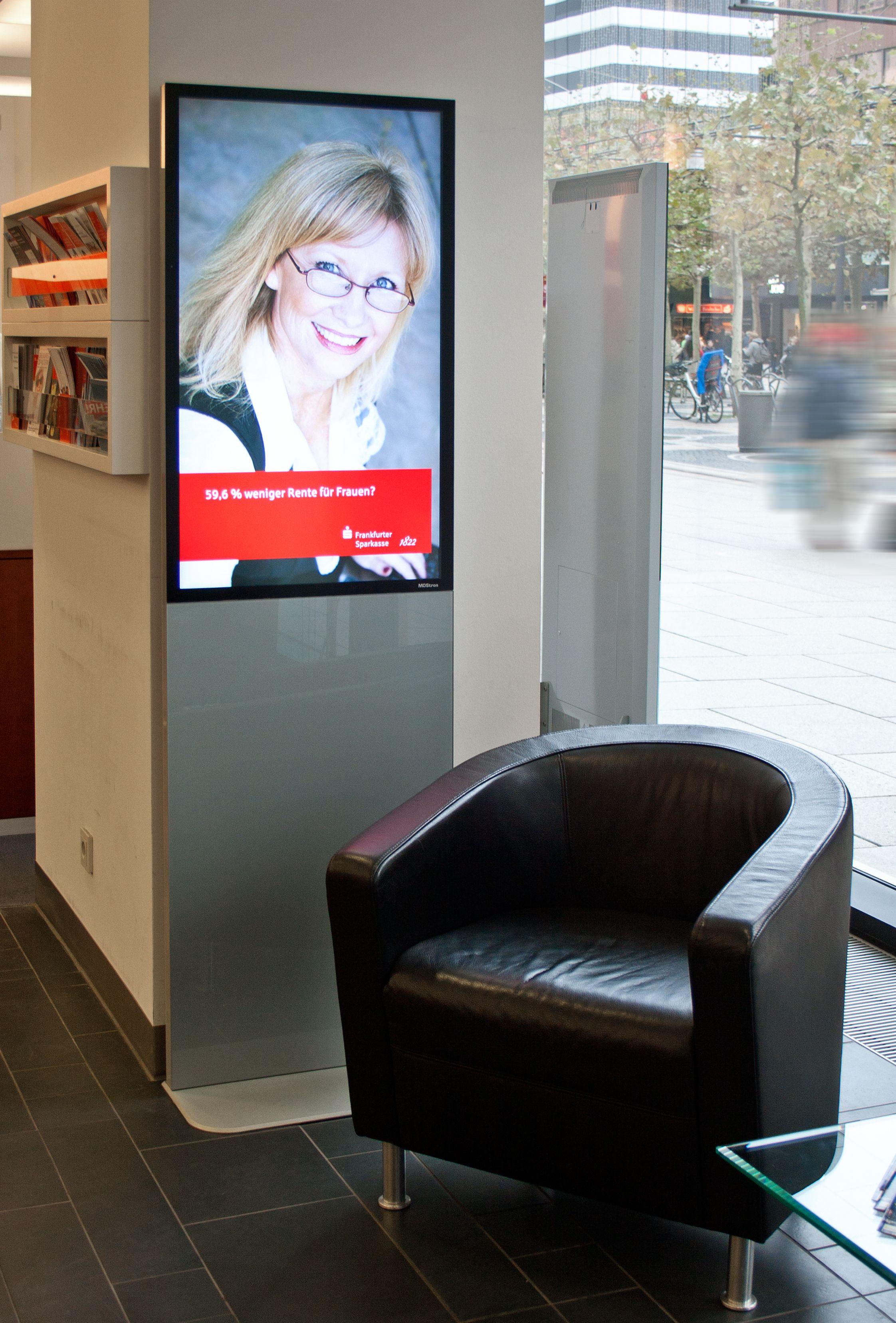 Referenz der komma,tec redaction: Design-Stelen in der Frankfurter Sparkasse.