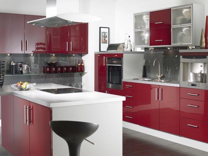 idée comment aménager une cuisine couleur bordeau, façade cuisine et îlot rouge, crédence et ca ...