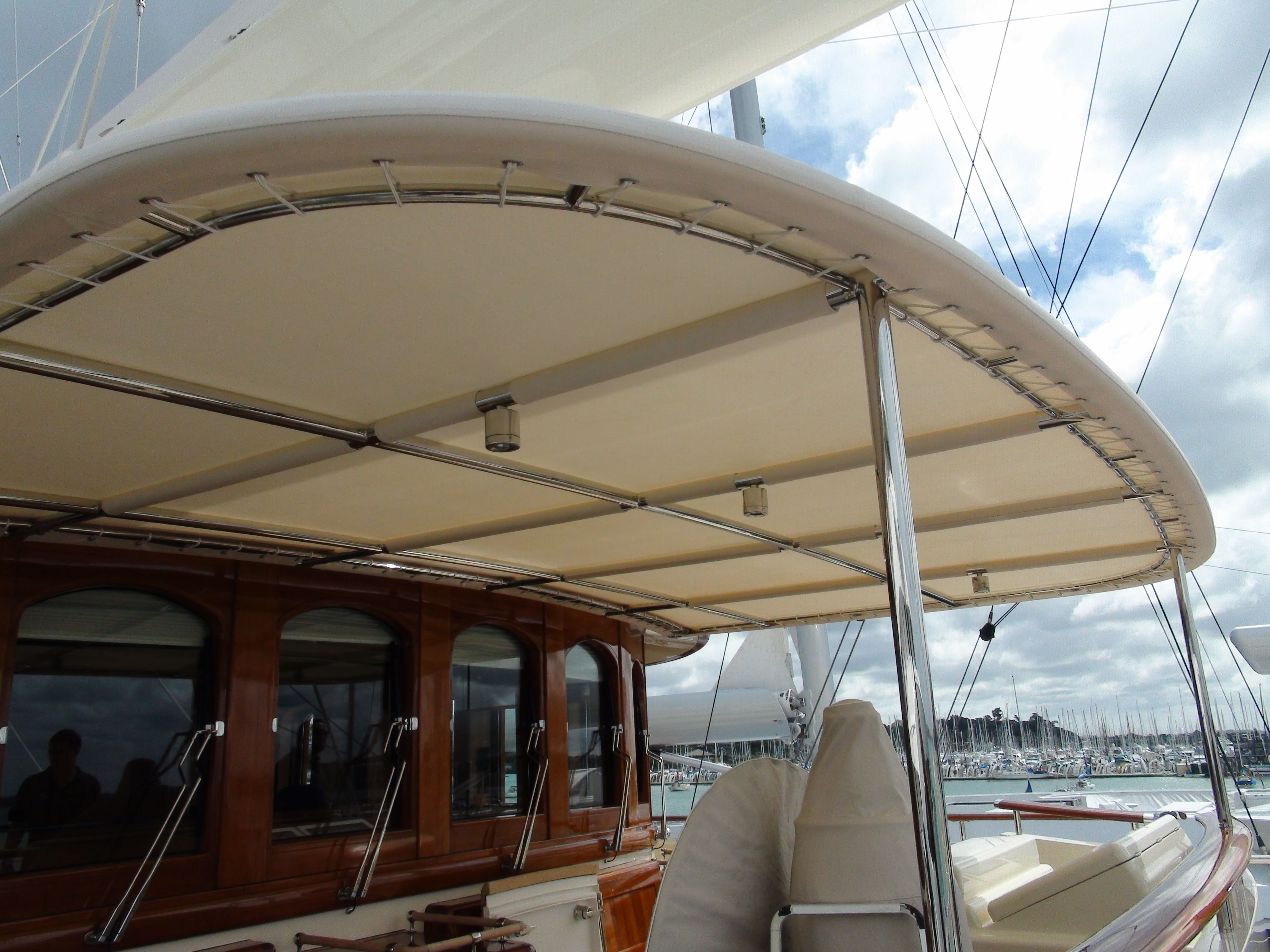 Sy Athena Custom Awning Manufactured By The Boat Cover Company Ltd Www Thecoverco Co Nz Arquitectura Futurista Arquitectura Tapiceria