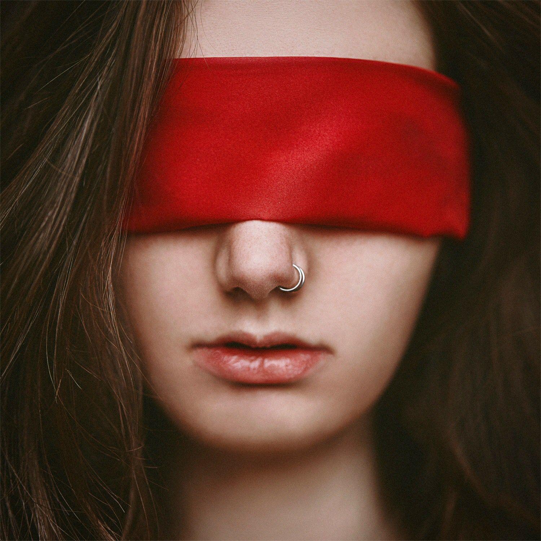 Картинки девушка с повязкой на глазу