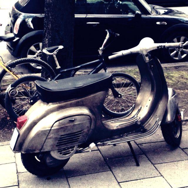 Vespa V50N in Munich, Schwabing. Nice color! | Schwabing