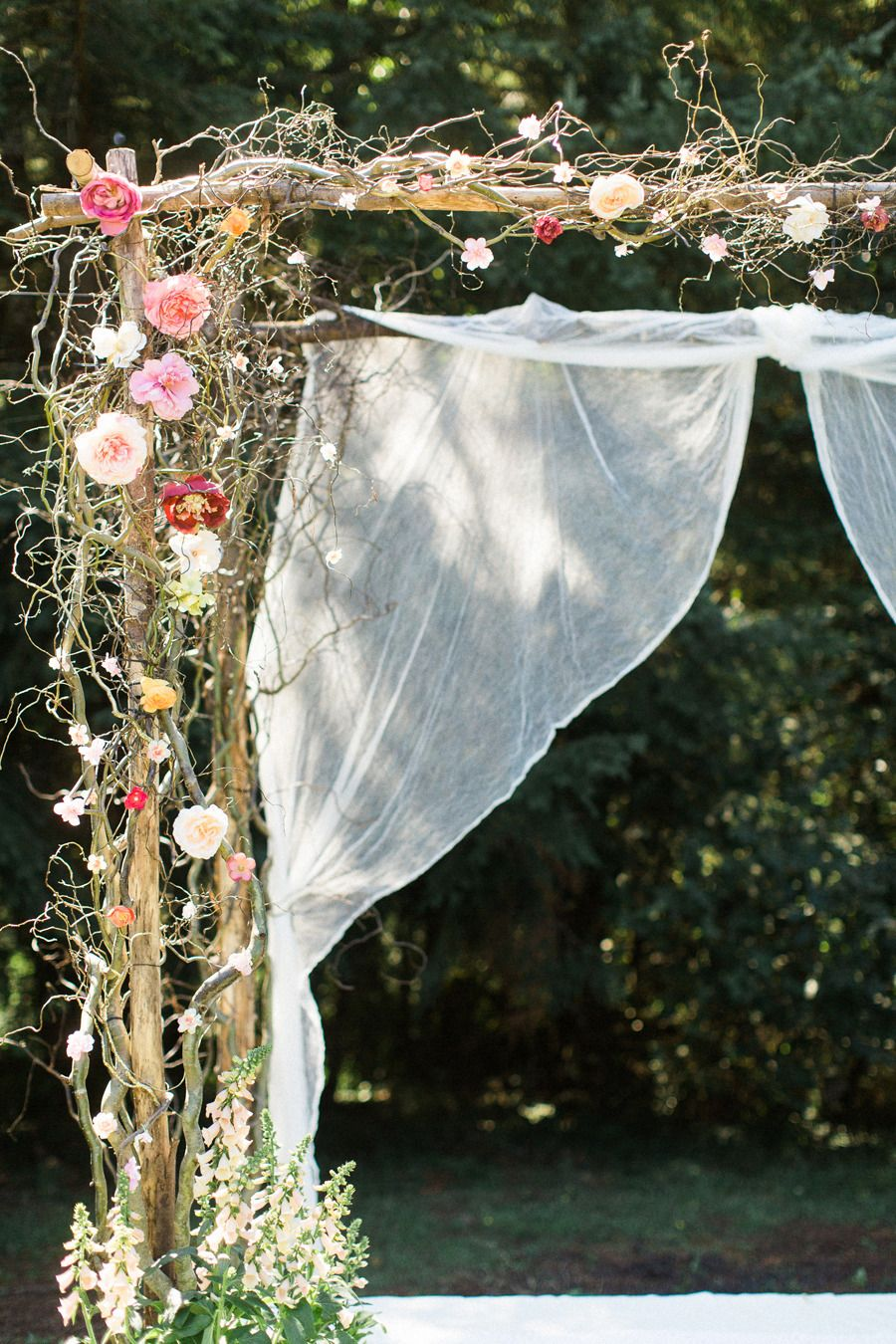 We love the mix of natural wood with bright blooms at this #wedding ceremony!