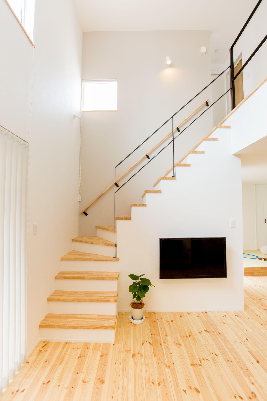 明るい木目とアイアン手すりのバランスが計算された リビング階段