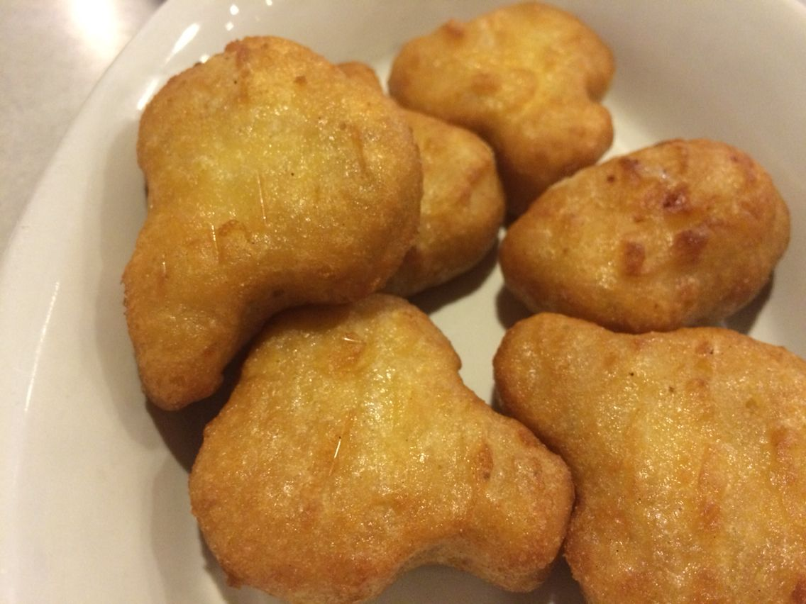 Deep-fried beer battered macaroni and cheese bites with ...