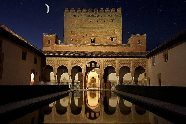 A night tour of the #Alhambra in #Granada http://buff.ly/1sPXQmD  @OneikaTraveller #spain pic.twitter.com/3zKbyZVw2j