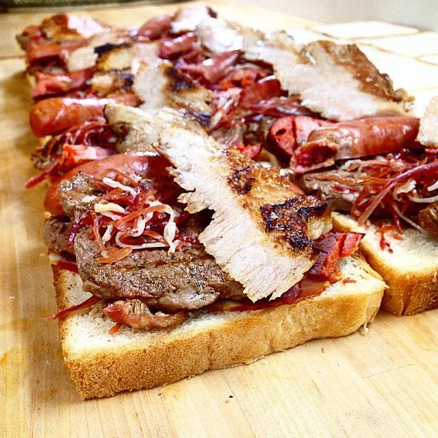 """O Croque """"Oh Mon Dieu"""". As carnes de norte a sul, passando pelas ilhas. Porco alentejano, salsichas do mesmo, porco Bísaro, vitela dos Açores, fumados da Terra Fria transmontana, também entram. Agora fecham-se, tostam-se ligeiramente enquanto o molho, que"""