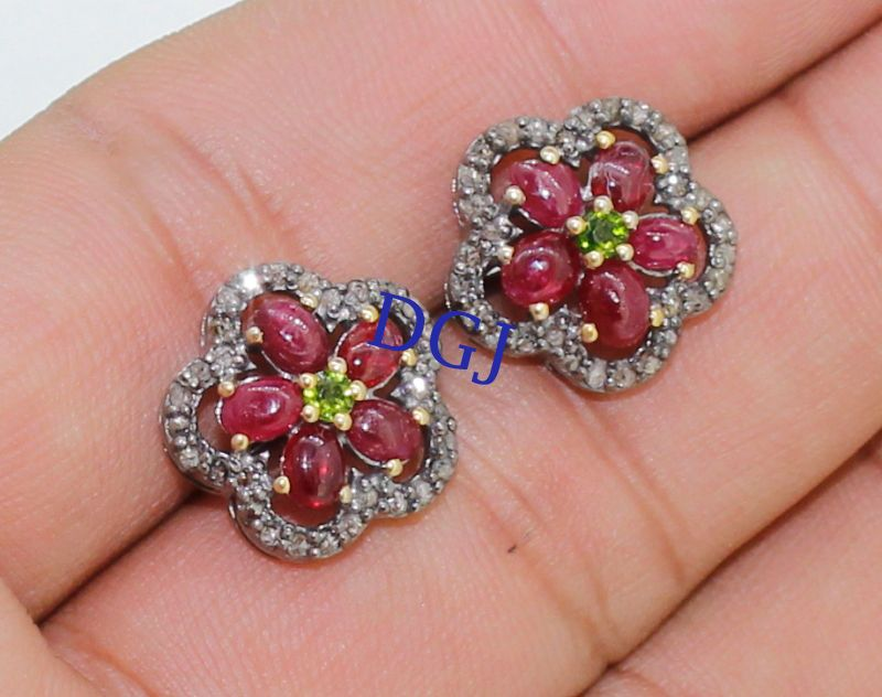 0.60 CTS ROSE CUT DIAMOND RUBY ANTIQUE VICTORIAN SILVER EARRING STUD MVE_0093  Rose Cut Diamond Clarity : I1-I2  Gorgeous Rose Cut Diamond Color : Tinted Brown  Silver Purity : 925  Gross Weight : 4.61 Gms ( Including Stone weight )
