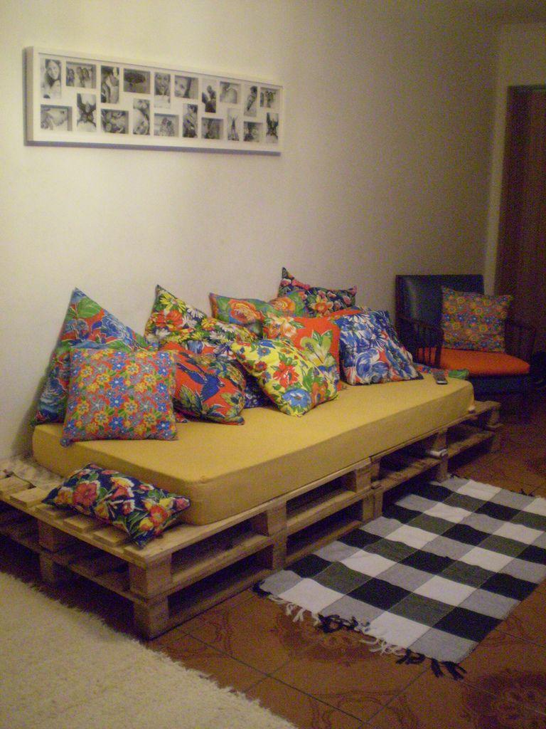 10 ideias de sof s de paletes de madeira reciclados - Decorar cama como sofa ...