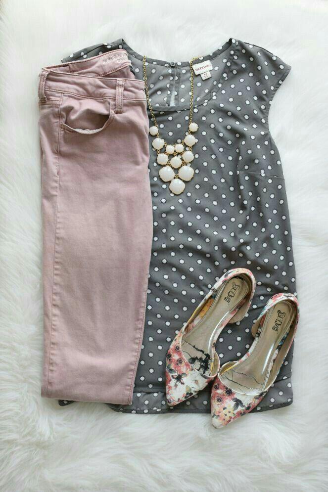 e4b822d2980 Combinación de pantalón rosa palo. Pantalón rosa palo, blusa gris y zapato  blanco o floreado