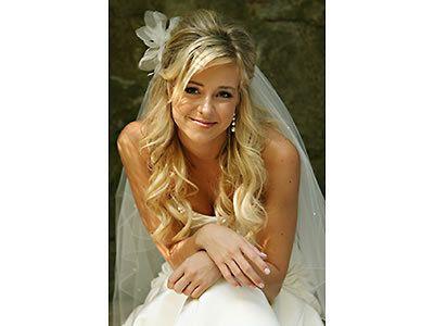 Brautfrisur Für Lange Haare Mit Schleier Und Echten Blumen Gesucht