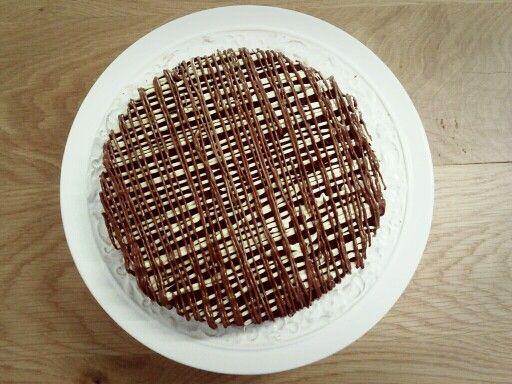 Bizcocho de chocolate con cobertura de chocolate blanco y con leche