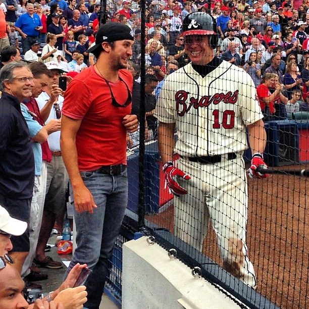 Ladies and gentlemen, Luke Bryan is a Braves fan. This is the epitome of a perfect picture.