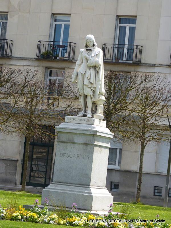 Tours(37)-Statue Descartes!