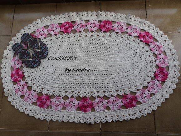 - Tapete oval ornamentado por flores rosa mescla em toda sua volta. - Faço as flores na cor de sua preferência. R$ 100,00