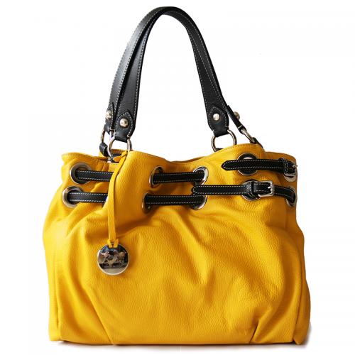 Dé ultieme zomertas. Valt lekker op door het prachtige geel en is van échte topkwaliteit. We hebben slechtst enkele exemplaren dus zorg ervoor dat je dit pareltje voor de zomer bemachtigt! De tas is 100% kalfsleder van buiten en katoen van binnen. Made in Italy
