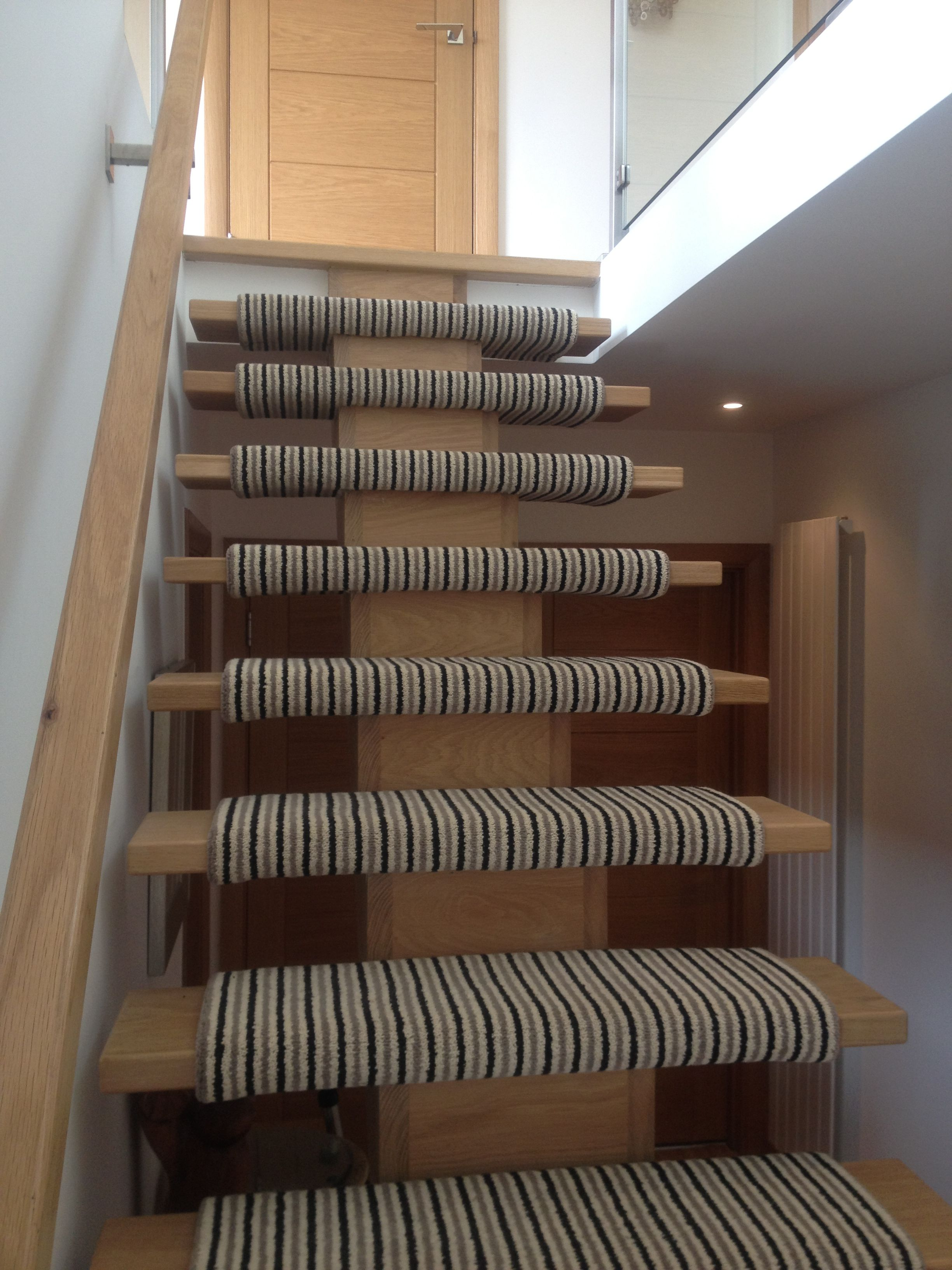 Best Floating Modern Oak Staircase With Wrapped Carpet Carpet 400 x 300
