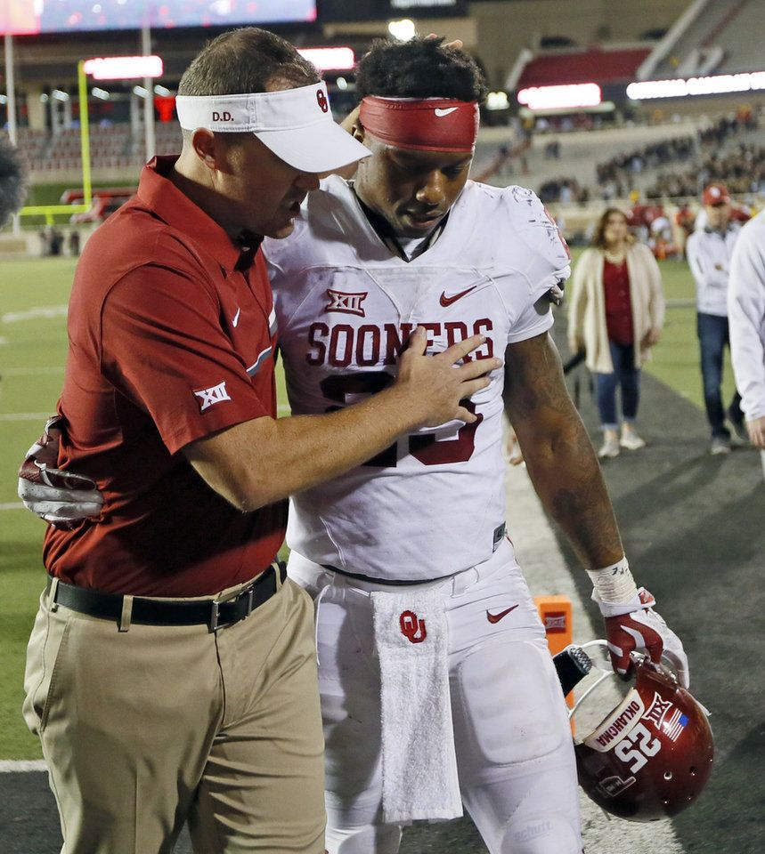OU offensive coordinator Lincoln Riley leaves the field