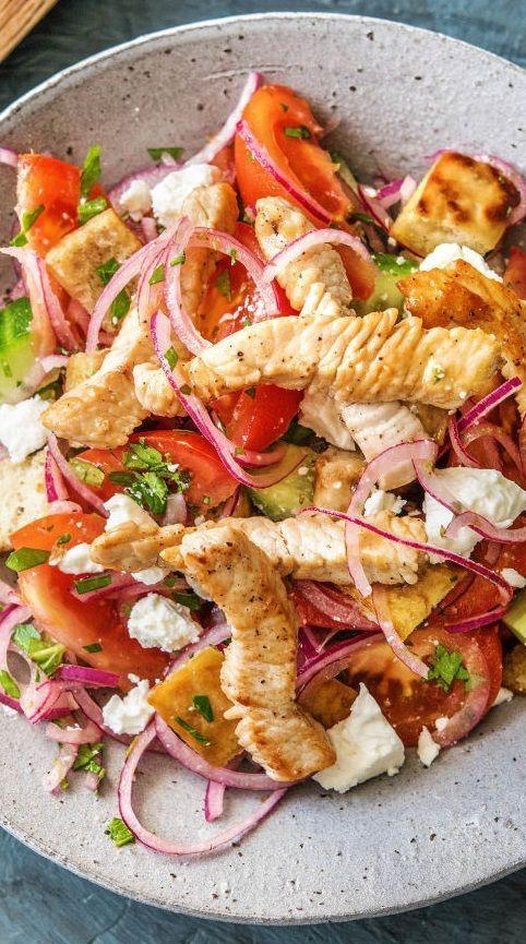 Hähnchenbrust auf griechischem Salat mit Hirtenkäse und knusprigen Fladenbrotwürfeln #blog