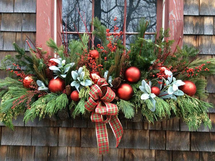 Weihnachtsdeko für Fensterbank aussen: Blumenkasten schön dekorieren