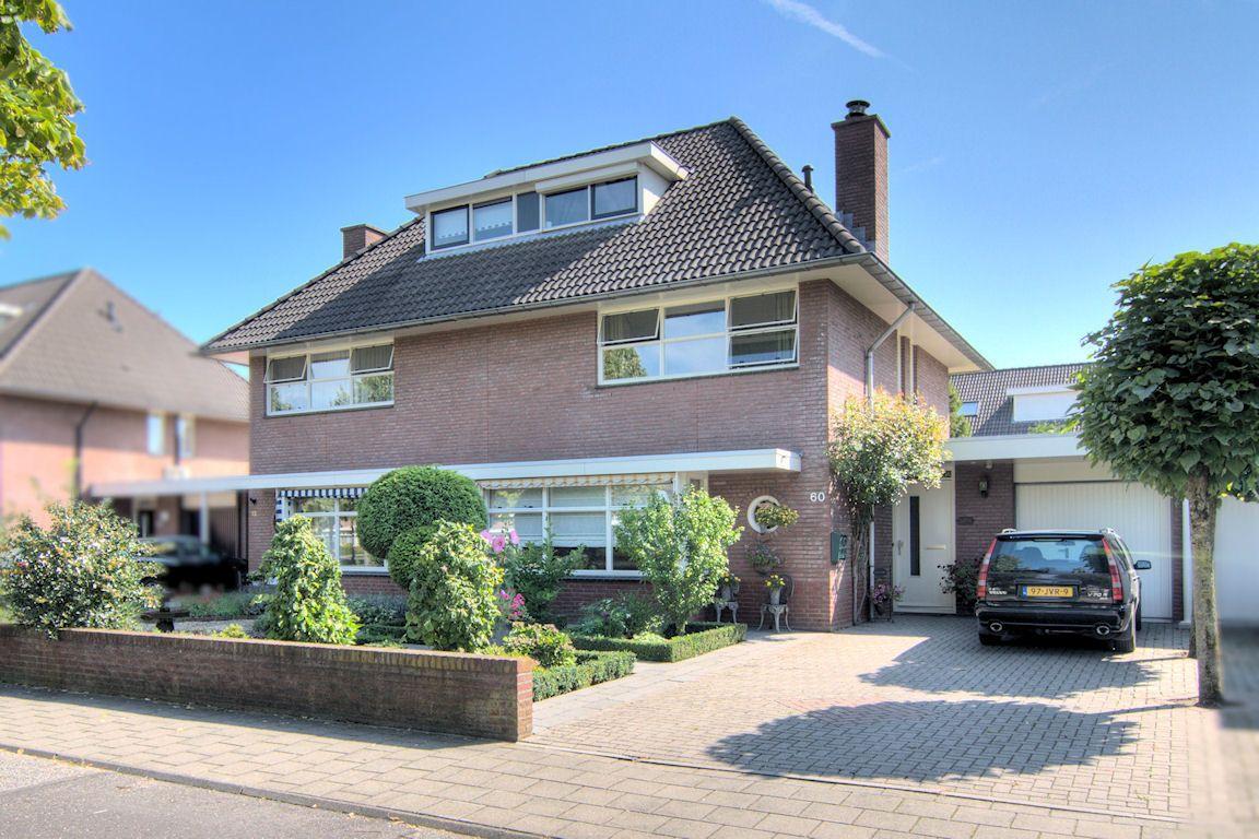 Deze brede en doordacht ingedeelde 2/1-kapwoning met erker en twee dakkapellen biedt door de brede laagbouw op vele punten extra ruimte. Een bredere keuken, hal, tuin en oprit zijn hier de voorbeelden van. Ook de woonkamer is extra ruim en prettig breed.   http://www.theo-keijzers.nl/Dierdonklaan-60-HELMOND-5709MT7kW160