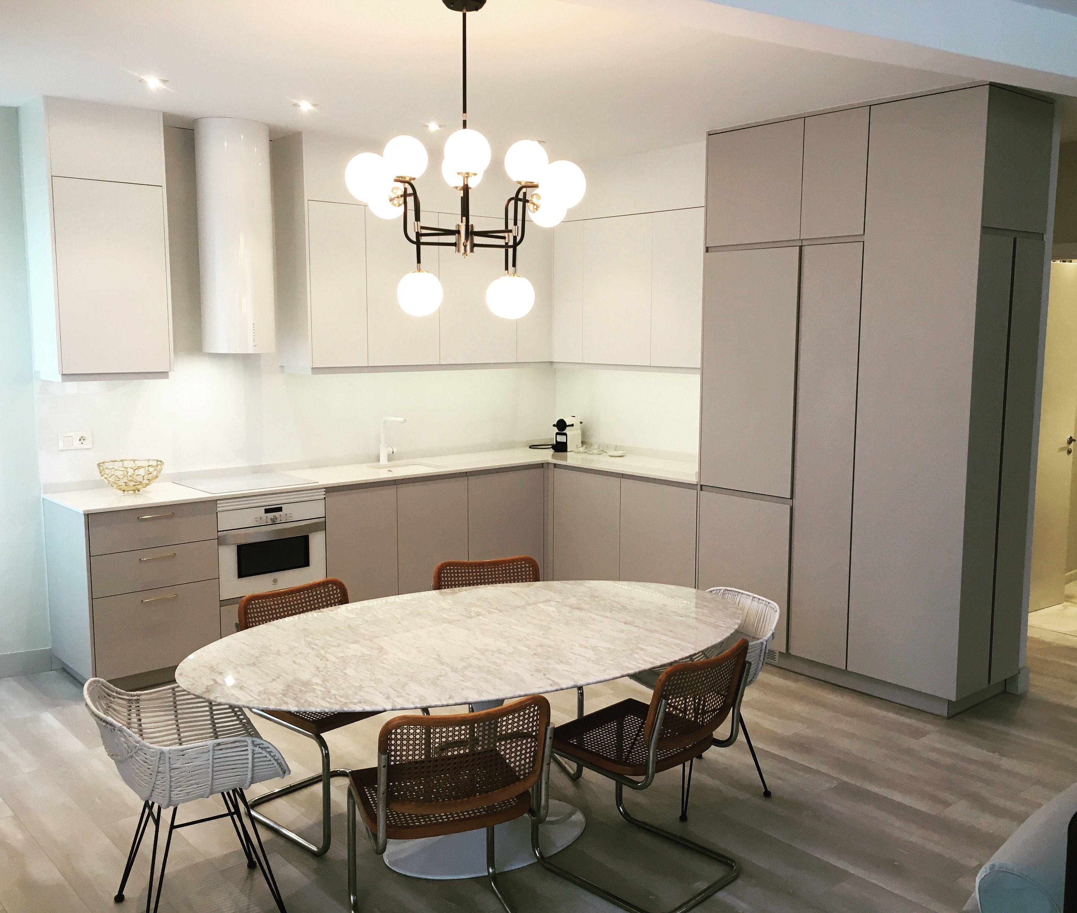 Cocina blanca y gris en un Loft de Madrid. Muebles en laminado ...