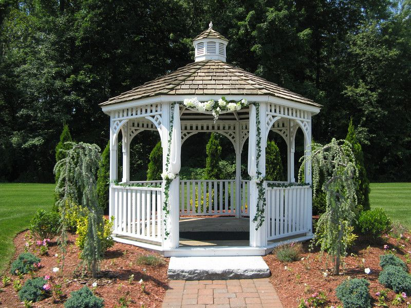 ivy on a gazebo with flowers in the middle Also decorate the back