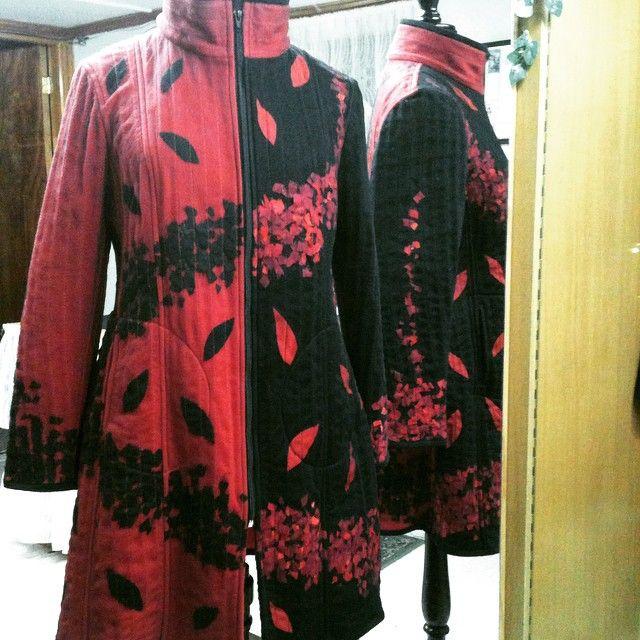 #Abrigo rojo con negro de polar y tul con aplicaciones de telas recicladas #invierno #winter #fashion #moda #magallanes #puq #patagonia #puntaarenas #instapuq #instalike #instafashion #instachile #chile #coat