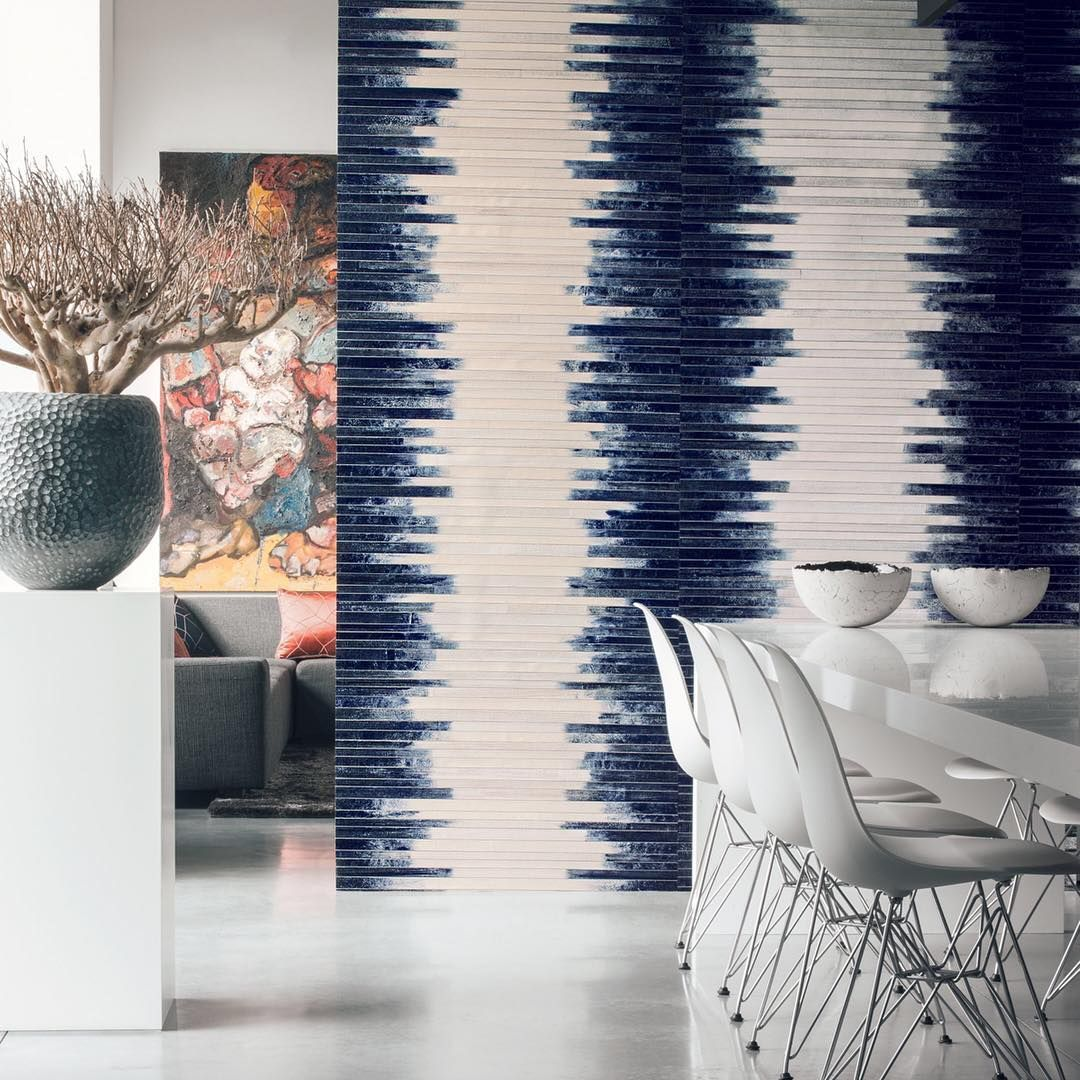 """""""Maoli"""", wide stripe produced by weaving banana leaves and crumpled paper ; which gives a depth to the textures of this stripe.⠀ ⠀ #wallcovering #maoli #interiorstyle #homedecor"""