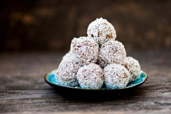 Weihnachtliche Zimtbälle  Die Kombination aus Pekannüssen, Datteln und Zimt schmeckt herrlich weihnachtlich und ist noch dazu ein gesunder Snack für Zwischendurch.  Hier geht's direkt zum Rezept.
