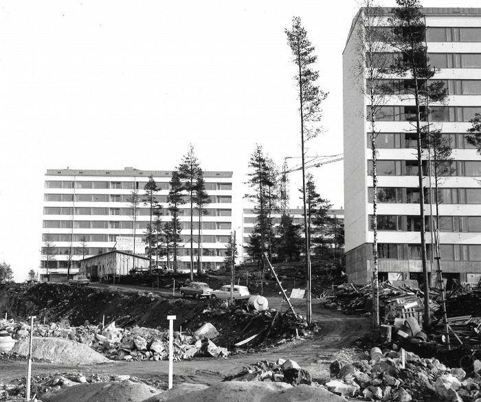 Metsä väistyy sekä kivet ja kalliot katoavat uusien talojen ja katujen tieltä rakenteilla olevassa Kontulan asumalähiössä. – Kuva Kontulantien ja Kontulankujan kulmasta. 23.10.1965.HS