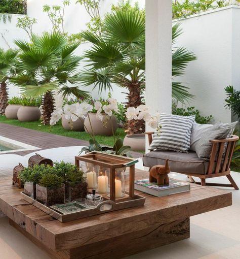 les meubles d\'extérieur en bois massif et plantes vertes ...