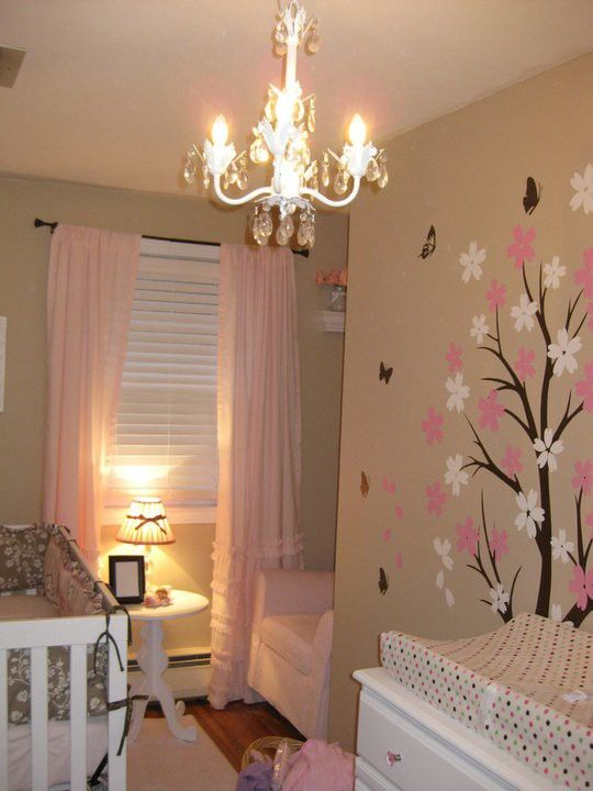 Beige y rosa, con árbol y araña cristal.