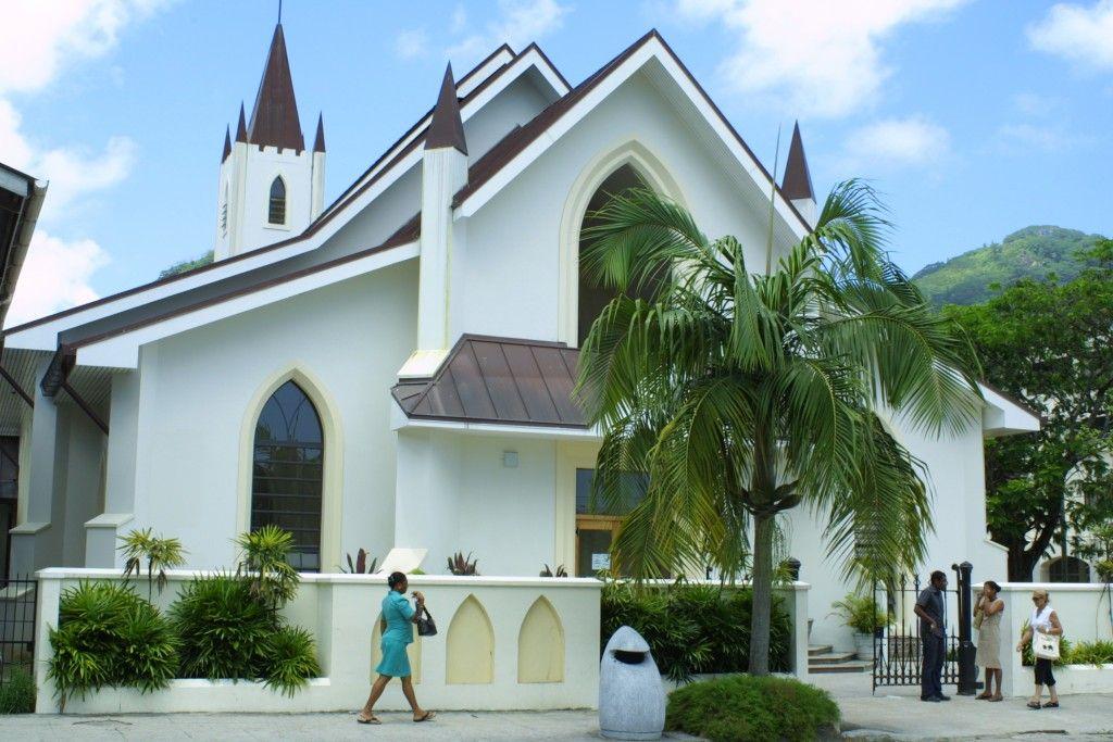 Viaje de Novios a Seychelles: Qué ver en las Isla de Mahé. La catedral de St. Paul's está dedicada al apóstol San Pablo y fue inaugurada el 14 de mayo de 1859 por el primer obispo de Mauricio. Posteriormente se ha ido ampliando con la construcción de una nueva torre en 1910 y un santuario en 1978. En 2001 se reconstruyó completamente, ampliándose el aforo a 800 personas gracias a donaciones privadas y ayudas gubernamentales.   #ViajeDeNovios #LunaDeMiel #Seychelles
