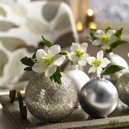 Festliche Deko mit Weihnachtskugeln #dekoweihnachtentisch Christrose Deko mit We…
