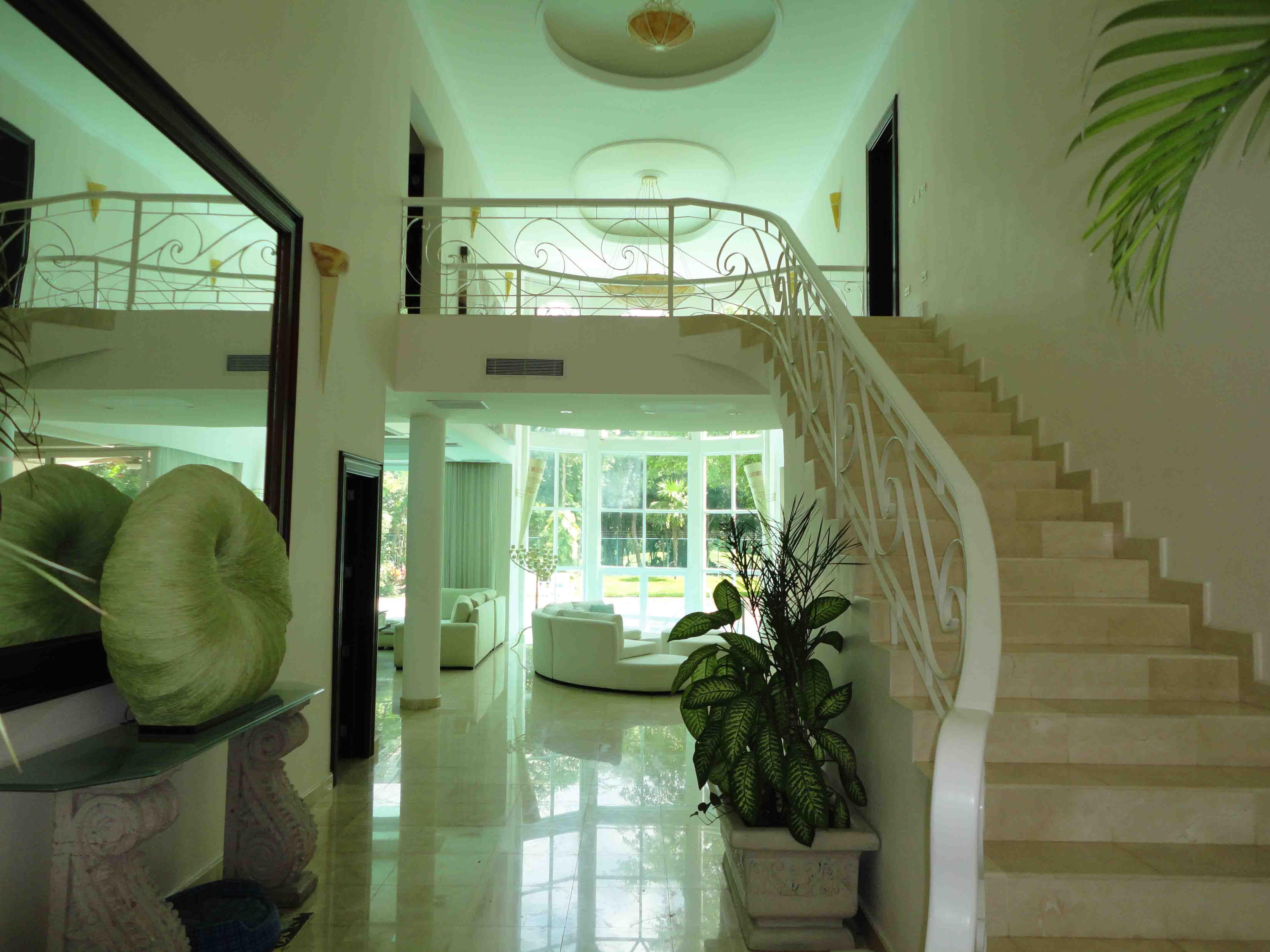 Hermosa casa con pisos de marmol italiano ventanas con for Casa de marmol y granito