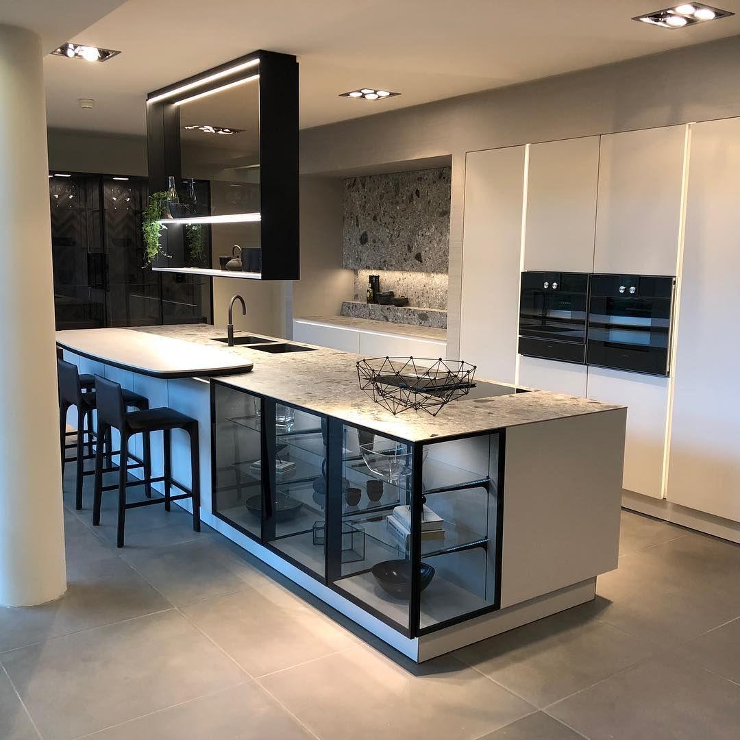 """Photo of Bagno e cucina di Ellerbrock su Instagram: """"Il focus degli interni è l'isola di grandi volumi, il cui carattere monolitico si dissolve dalla trasparenza di …"""""""