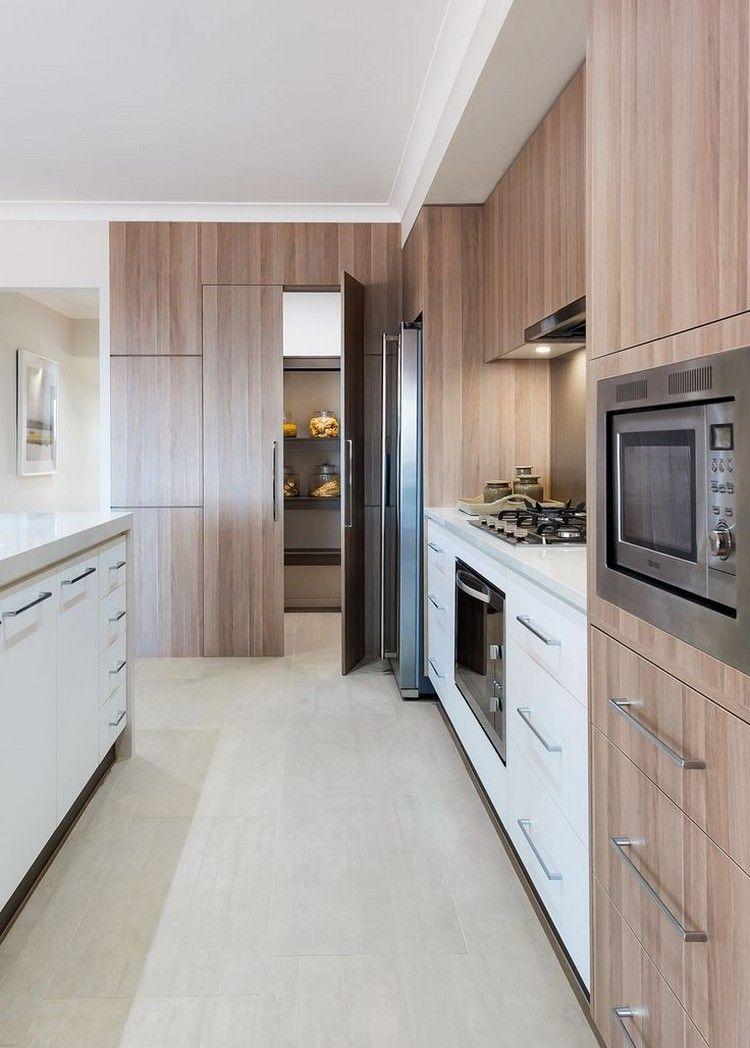 Küchenfronten aus Eichenholz, weiße Unterschränke und braune