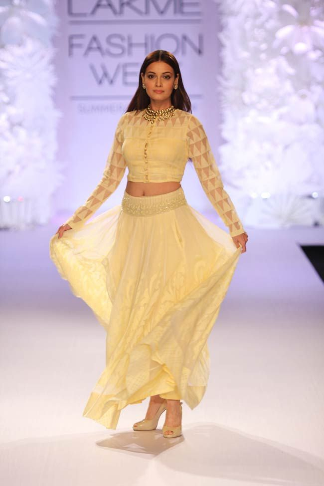 Dia Mirza And Monica Dogra Walk The Runway On Day 3 Of Lakme Fashion Week Fashion Lakme Fashion Week Indian Fashion