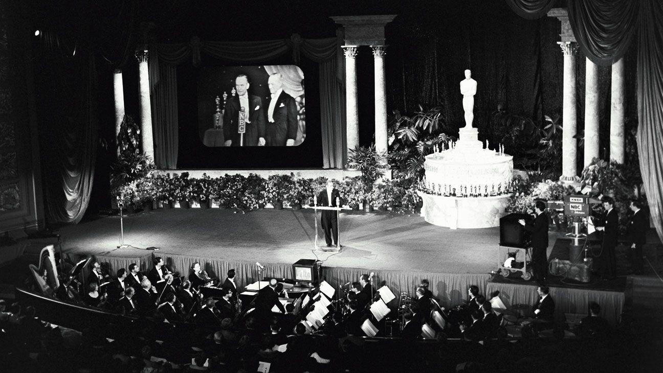 """#Oscar   En 1953, las mayores estrellas de Hollywood acudieron al RKO Pantages Theatre en Hollywood para presenciar la 25ª Edición de los Premios de la Academia, una apertura al público nacional de un asunto hasta el momento privado - Robert Wagner: """"Es una aventura, ser televisado por primera vez"""" www.beewatcher.es"""