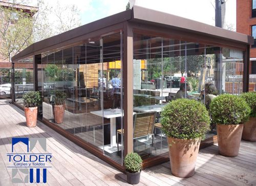 Cerramiento acristalado tolder para la terraza del bar for Cerramiento terraza cristal precio