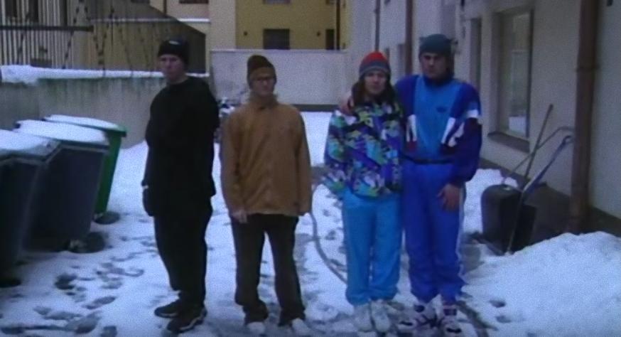 Studio Julmahuvi-viihdeohjelman yksi legendaarisimmista sketseistä: Vuoden Lehdenjakaja '98.  http://tuhoatylsyys.com/vuoden-lehdenjakaja-98-sketsi/