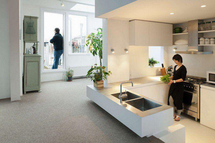 cuisine compacte en blanc neige, plafond avec spots LED intégrés et
