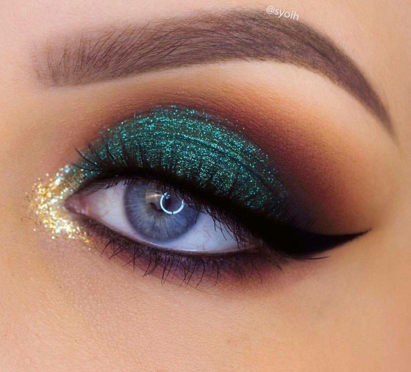Sombra verde e iluminado dourado no cantinho do olho fashion