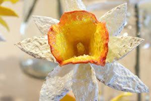 Flor reciclada para decoração feita com pente de ovos