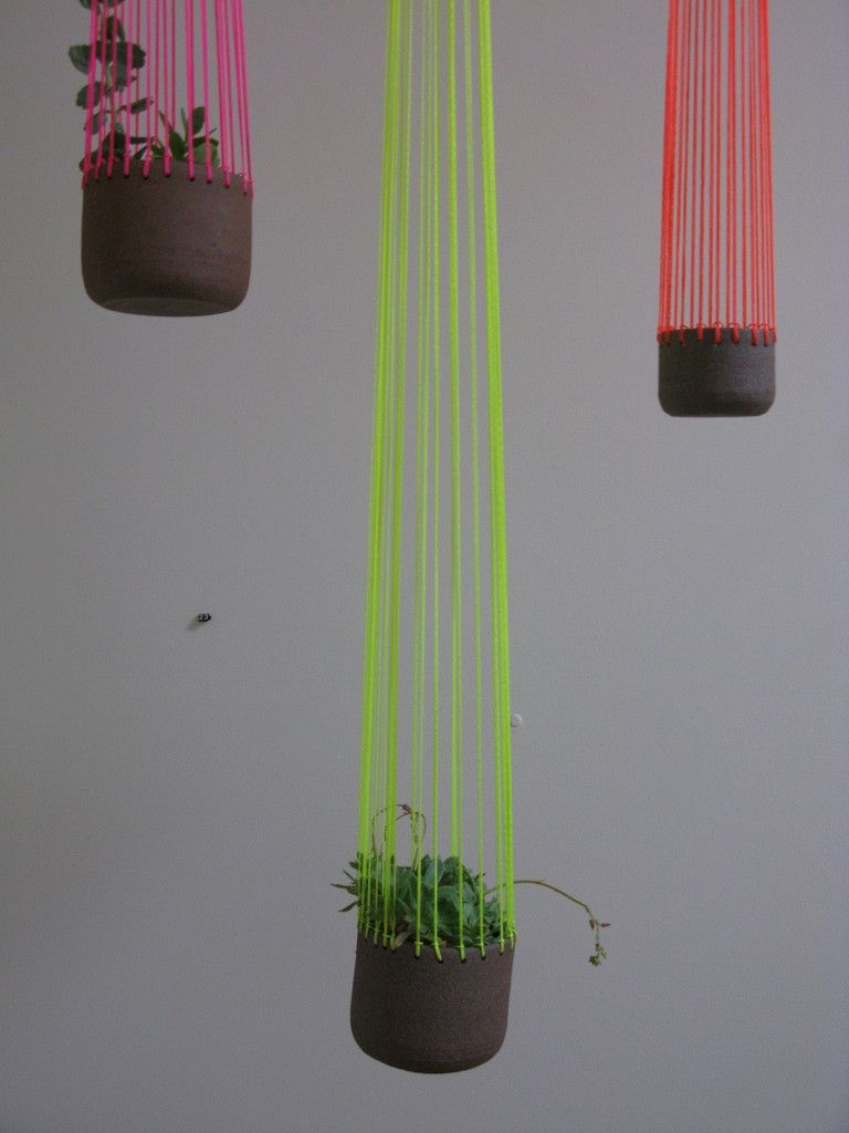 Ei kukille vaan lampuksi; esim kivan varisen lasikulhon kanssa tai vaikka tommoseen keraamiseen purkkiin, ja johto ns. piiloon neonlankojen keskelle. :)  Bridget Bodenham jelly planter from Mr Kitly