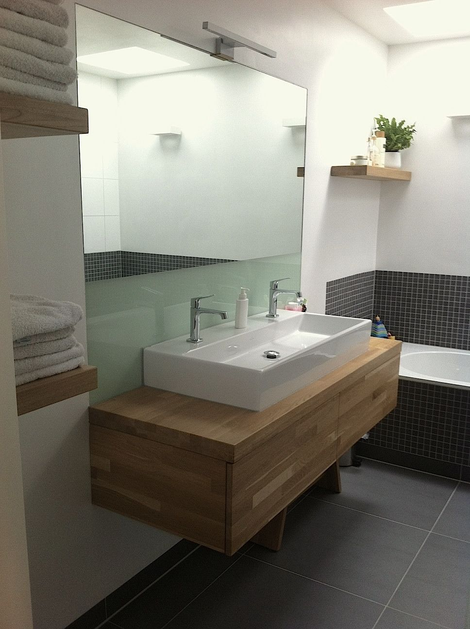 badkamer wastafel grijs tegels hout modern  Badkamer